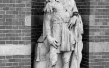 1. BON INGENHOUSZ, Jacob Cornelisz van Oostsanen (ca. 1470-1533), schilder, houtsnijder (buitengevel Stedelijk Museum), 1913-1914, steen, bruikleen Rijksakademie van Beeldende Kunsten, Amsterdam