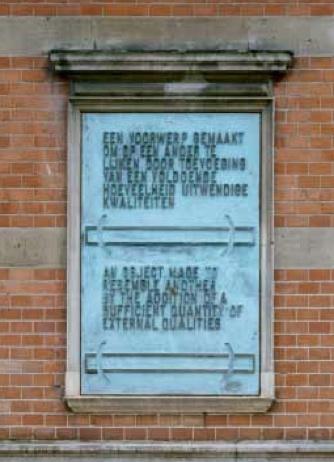 2. LAWRENCE WEINER, 'EEN VOORWERP GEMAAKT OM OP EEN ANDER TE LIJKEN DOOR TOEVOEGING VAN EEN VOLDOENDE HOEVEELHEID UITWENDIGE KWALITEITEN' (voorgevel Stedelijk Museum), 1988, brons 133,5 x 83,5 cm