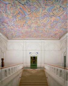 5. Het velum van Keith Haring uit 1986 in de bovenhal van het Stedelijk Museum, boven de doorgang naar de erezaal twee zwikvullingen van Daniel Buren, onderdeel van Kaléidoscope, un travail in situ, idee installatie, 1980-1987