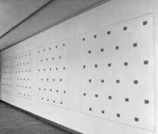 7. NIELE TORONI, Empeintres de pinceau n#. 50, répétées a intervalles réguliers de 30 cm, 'Faux tableau, Vraie Peinture', 1994, acryverf en plakband, 154 x 699 cm, 1995
